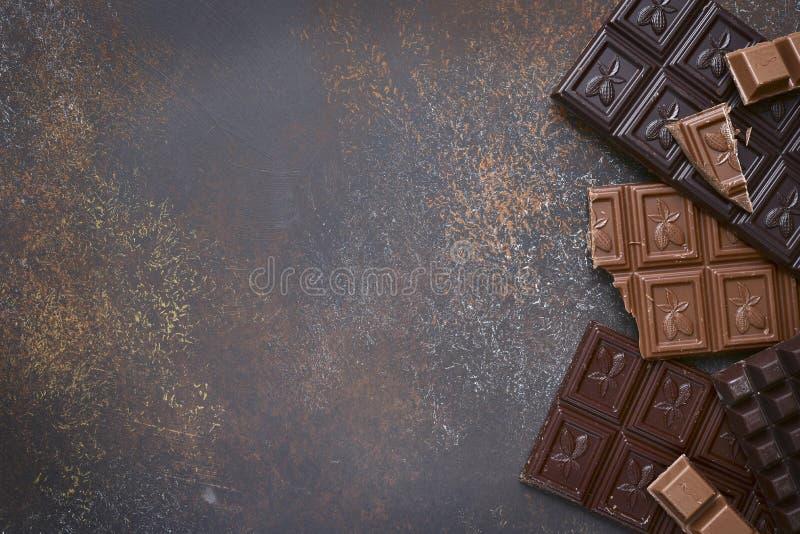 Varietà di barre di cioccolato con le spezie Vista superiore immagine stock libera da diritti