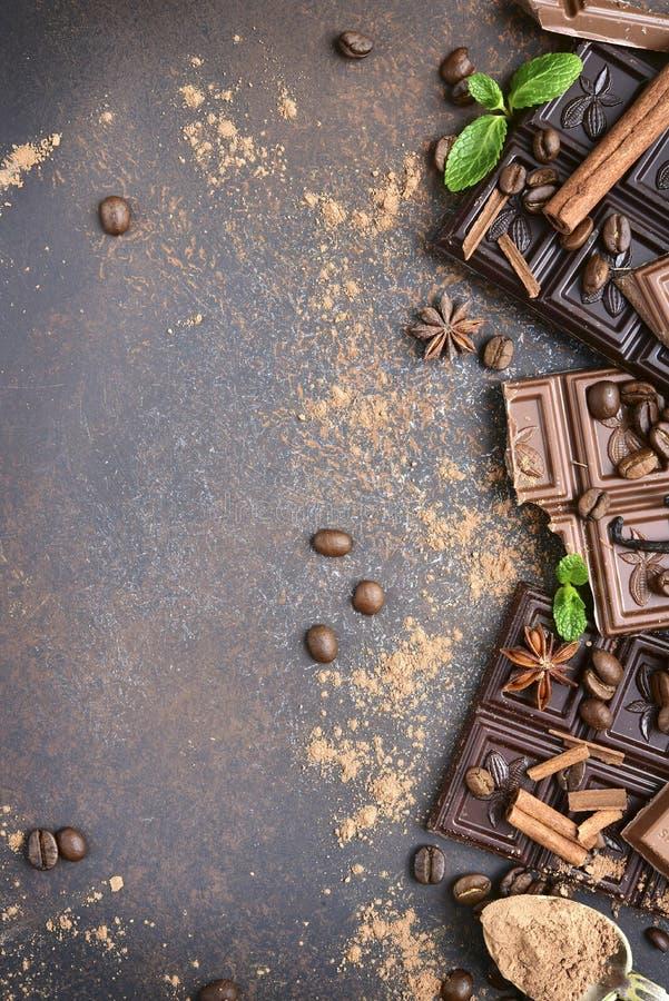Varietà di barre di cioccolato con le spezie Vista superiore fotografia stock