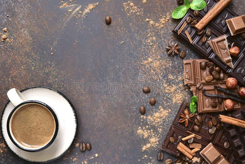 Varietà di barre di cioccolato con le spezie Vista superiore fotografia stock libera da diritti