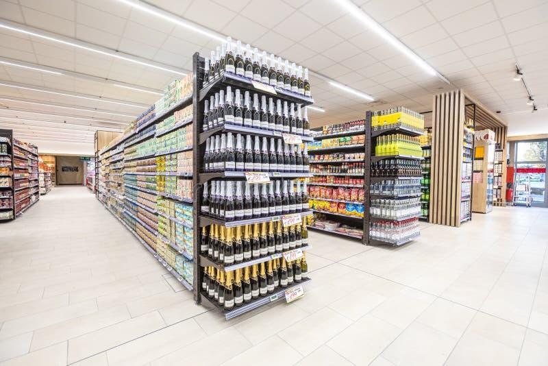 Varietà di bottiglie di vino e di altri prodotti Merci della navata laterale fotografia stock libera da diritti