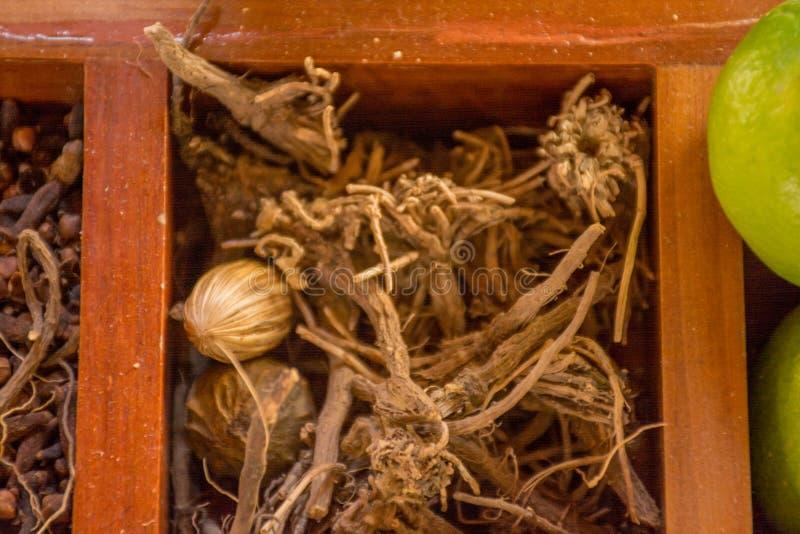 Varietà di condimenti nella scatola di legno immagine stock libera da diritti