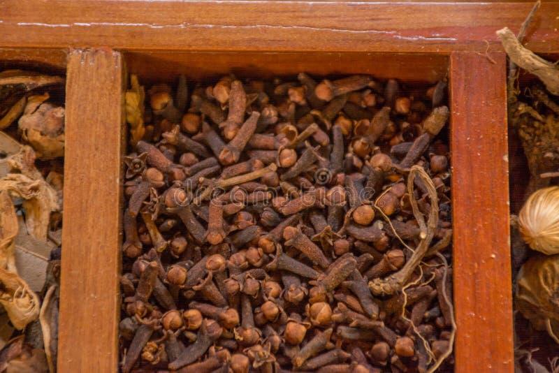 Varietà di condimenti, di specie e di condimenti nella scatola di legno fotografie stock libere da diritti