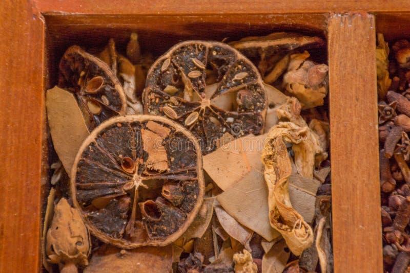 Varietà di condimenti, di specie e di condimenti nella scatola di legno immagine stock