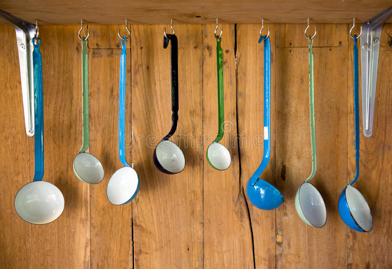 Varietà di cucchiaio della cucina dello smalto dell'annata immagine stock libera da diritti