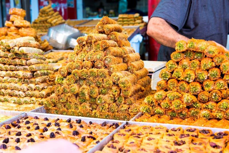 Varietà di dolci sulla stalla araba del mercato di strada Dolci orientali in una vasta gamma, baklava, lukum con la mandorla, ana fotografia stock