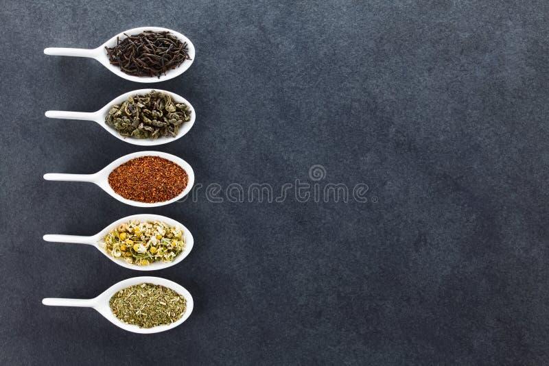 Varietà di foglie di tè secche sciolte immagini stock