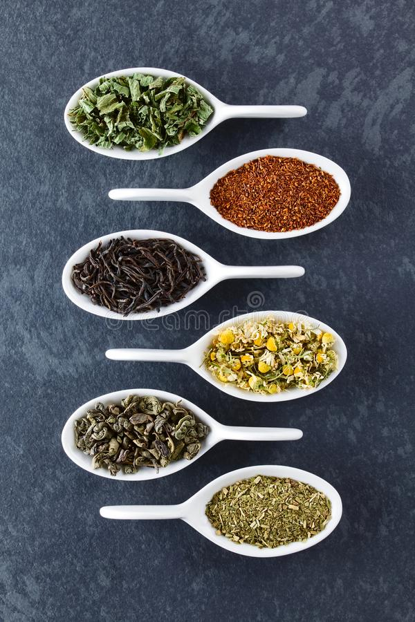 Varietà di foglie di tè secche sciolte immagine stock