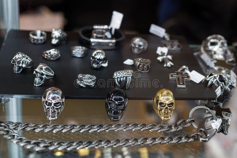 Varietà di gioielli nella finestra di deposito Anelli nella forma delle palelle sul supporto da vendere fotografie stock