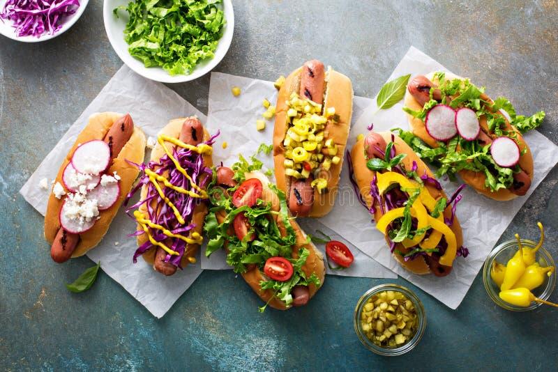 Varietà di hot dog con i contorni sani immagine stock libera da diritti