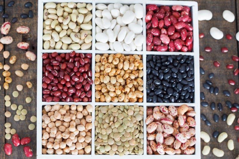 Varietà di legumi in una scatola di legno bianca con le cellule, fagioli, fagioli, lenticchie immagini stock