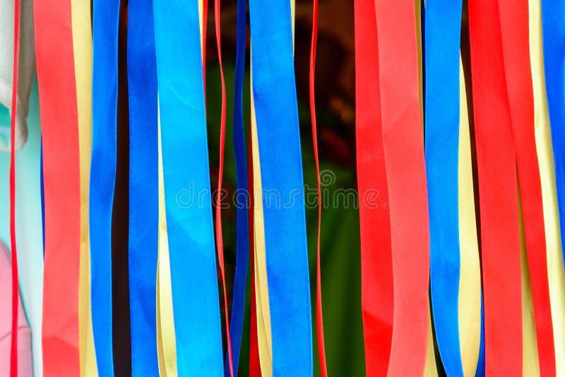 Varietà di nastri del raso nei colori e nelle lunghezze differenti fotografie stock