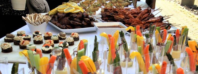 Varietà di opere saporite del ` di hors d su una tavola di buffet per una ricezione fotografia stock