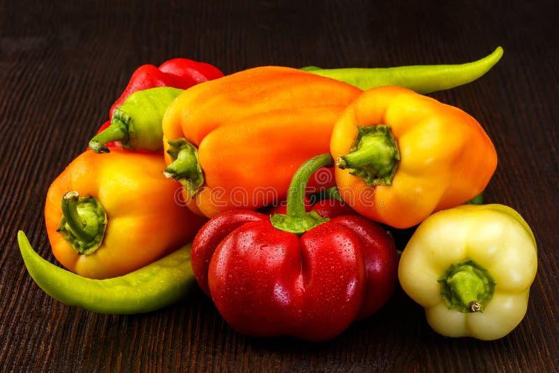 Varietà di peperoni organici freschi fotografie stock