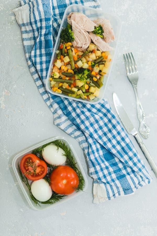 Varietà di piatti stanti a dieta puliti in contenitori Concetto pulito sano dell'alimento, fine su Carne di pollo con le verdure  immagini stock libere da diritti