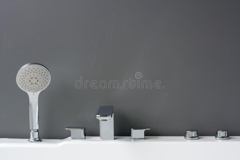 Varietà di rubinetti in una sala d'esposizione fotografia stock