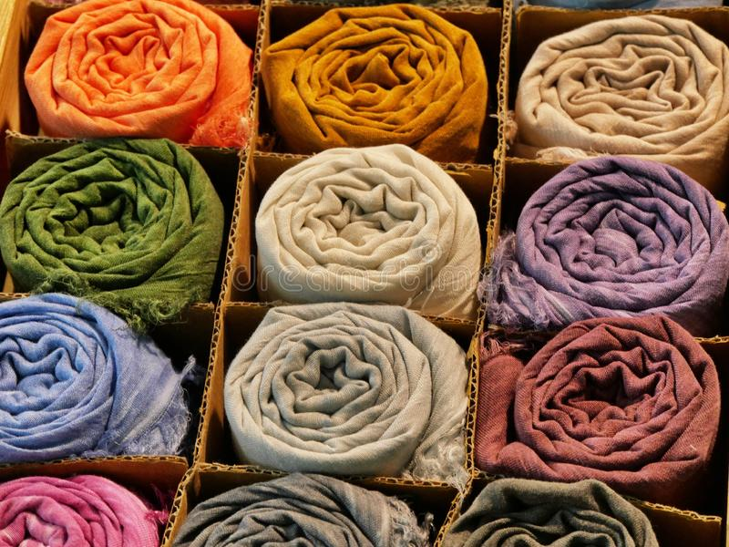 Varietà di sciarpe di seta rotolate dei colori vivi differenti immagine stock libera da diritti