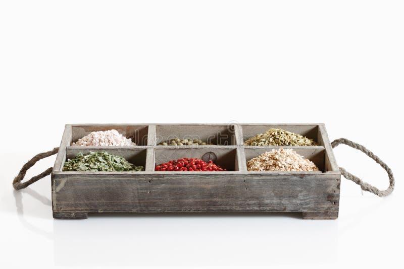 Varietà di spezie e di erbe in scatola di legno immagine stock