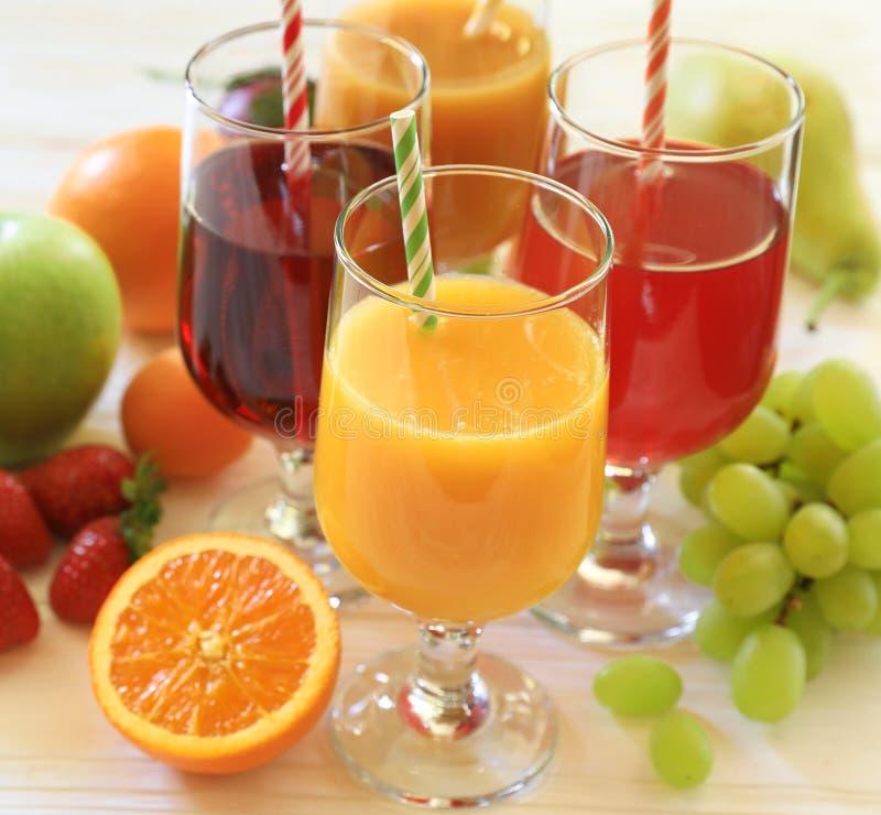 Varietà di succhi di frutta e di frutti, concetto della barra della vitamina del succo fotografie stock libere da diritti