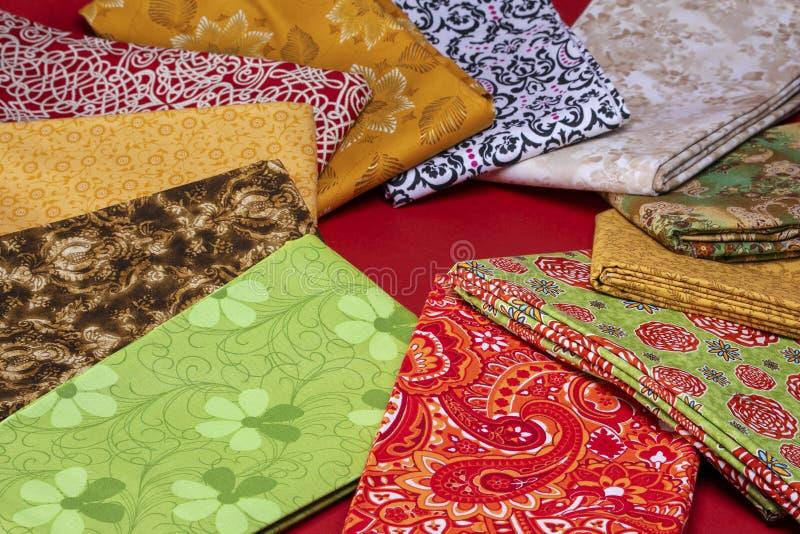 Varietà di tessuto di tessuto sparso e piegato fotografia stock libera da diritti