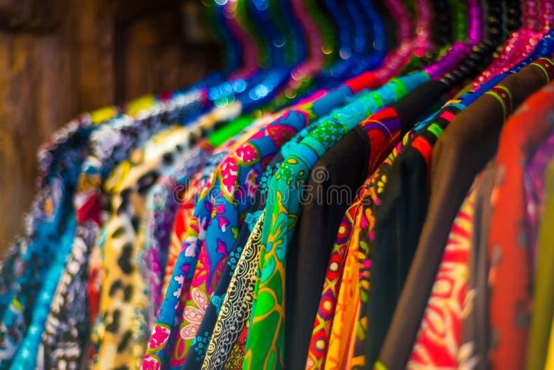 Varietà di vestiti di modo che appendono sullo scaffale fotografia stock libera da diritti