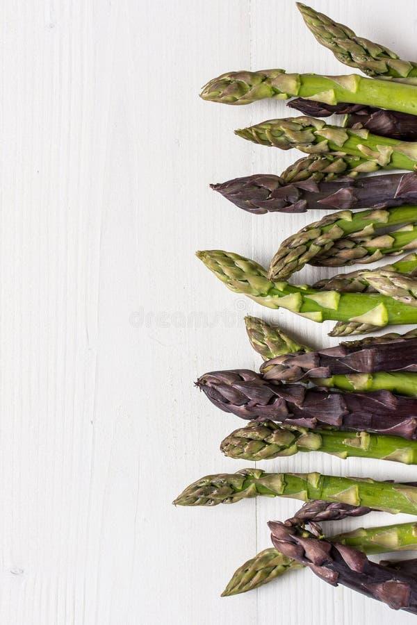 Varietà fresche dell'asparago su fondo di legno bianco fotografia stock libera da diritti