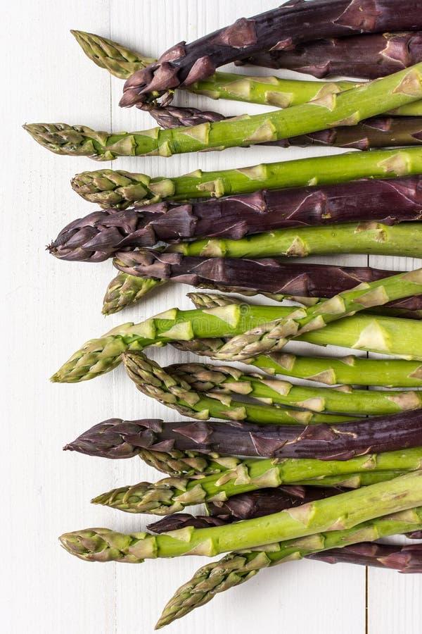 Varietà fresche dell'asparago su fondo di legno bianco fotografia stock