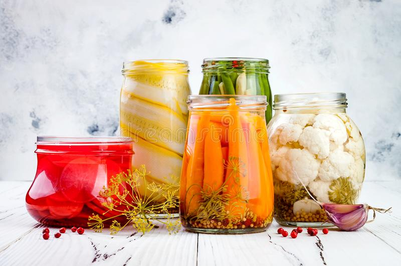 Varietà marinata dei sottaceti che conserva i barattoli Fagiolini casalinghi, zucca, ravanello, carote, sottaceti del cavolfiore  fotografia stock