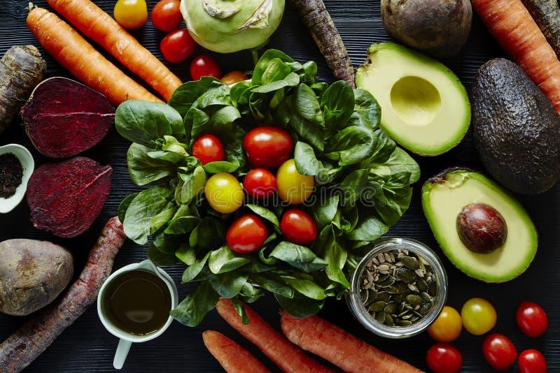 Varietà organica fresca di scena dell'insalata di ingredienti fotografia stock libera da diritti