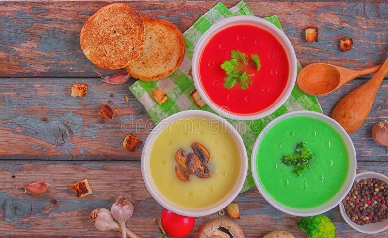 Varietà di minestre e ingredienti per minestra di verdure colorate Vista dall'alto Concetto di alimentazione sana o di cibo veget immagine stock libera da diritti