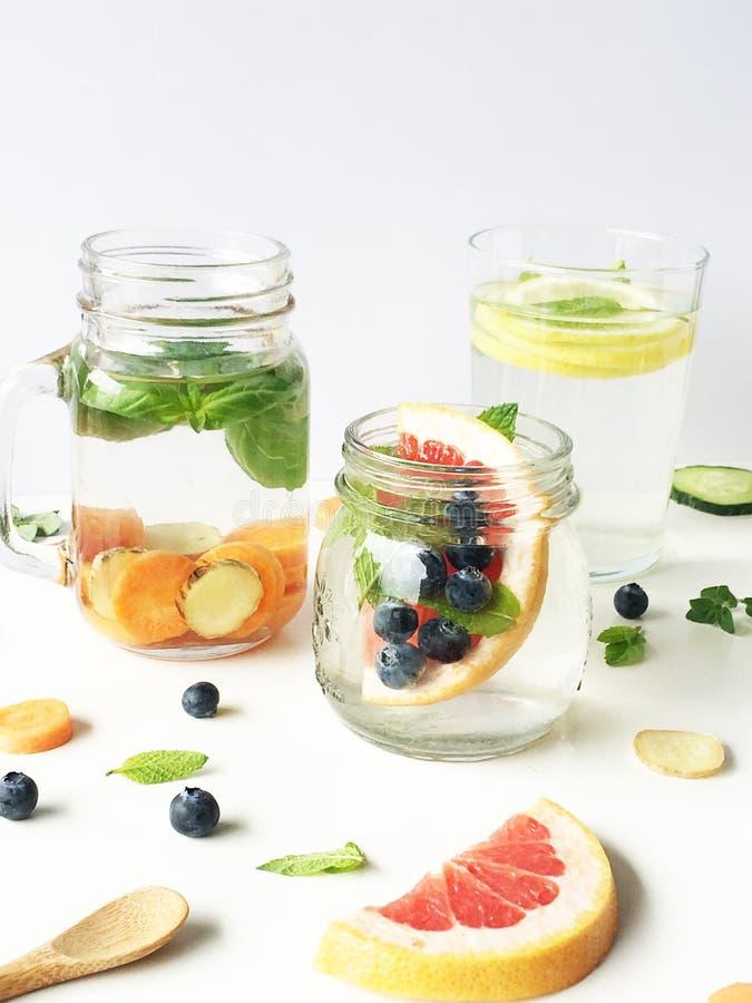 Varietu des eaux insufed, basilic, menthe, carotte et + photos stock