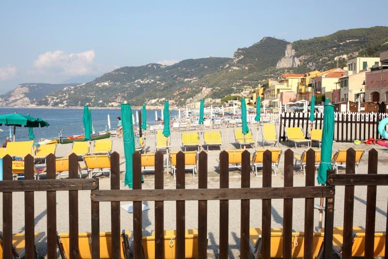 Varigotti, Italien am 3. August 2018: Ansicht über den Strand des Dorfs am frühen Morgen mit Kopienraum für Ihren Text lizenzfreies stockbild