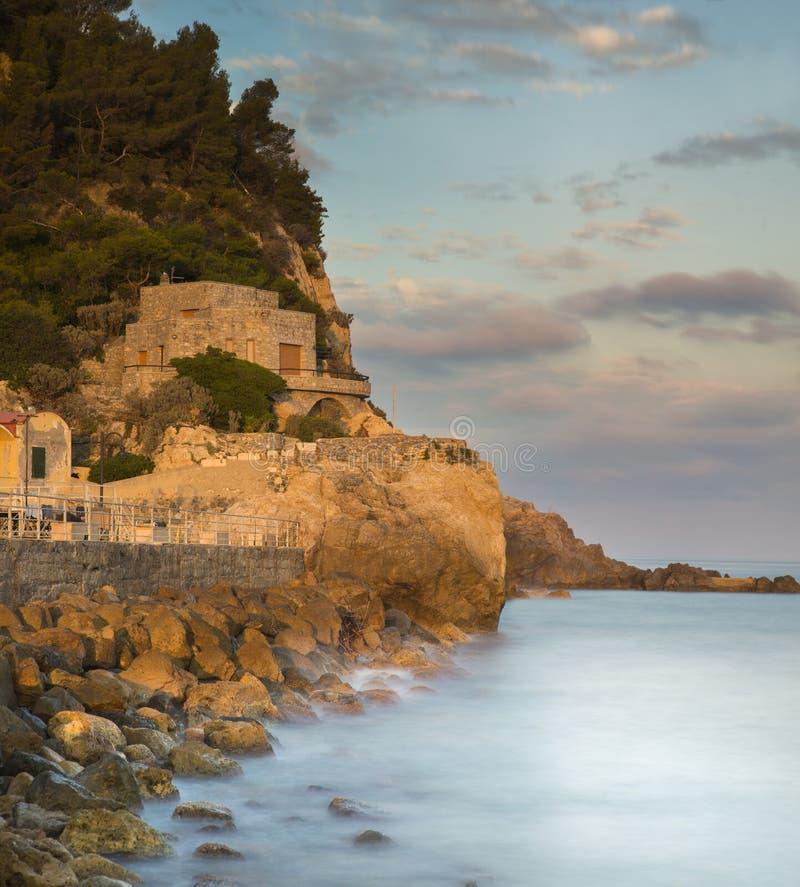 Varigotti, una ciudad de vacaciones en Liguria, Italia en la puesta del sol fotos de archivo libres de regalías