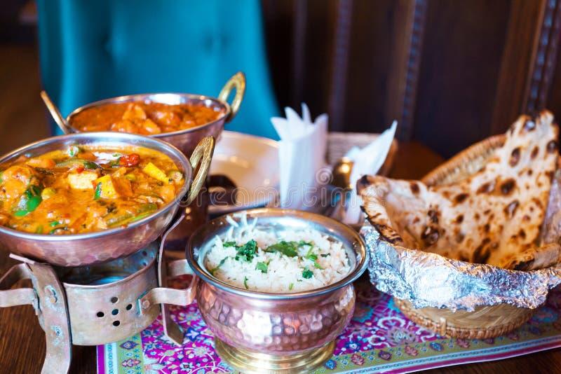 Vario alimento indiano con riso in ciotole orientali immagine stock libera da diritti