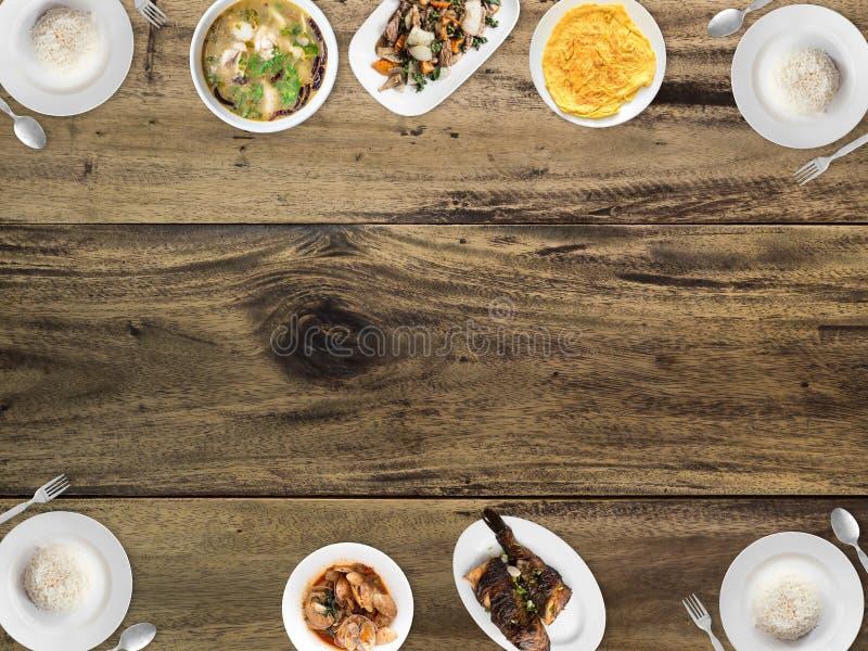 Vario alimento tailandese sul fondo vuoto dello spazio fotografia stock libera da diritti