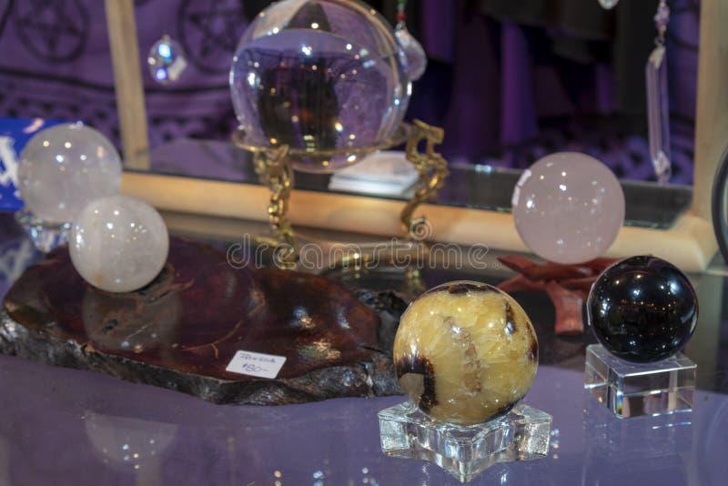 Vario Crystal Balls curativo hermoso en la exhibición imagen de archivo