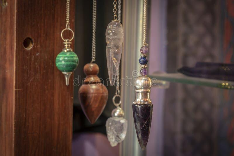 Vario Crystal Pendulums Hanging hermoso en la exhibición fotografía de archivo