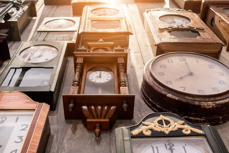 Vario degli orologi di parete d'annata immagini stock