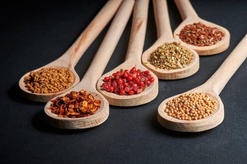 Vario delle spezie in cucchiai di legno immagini stock