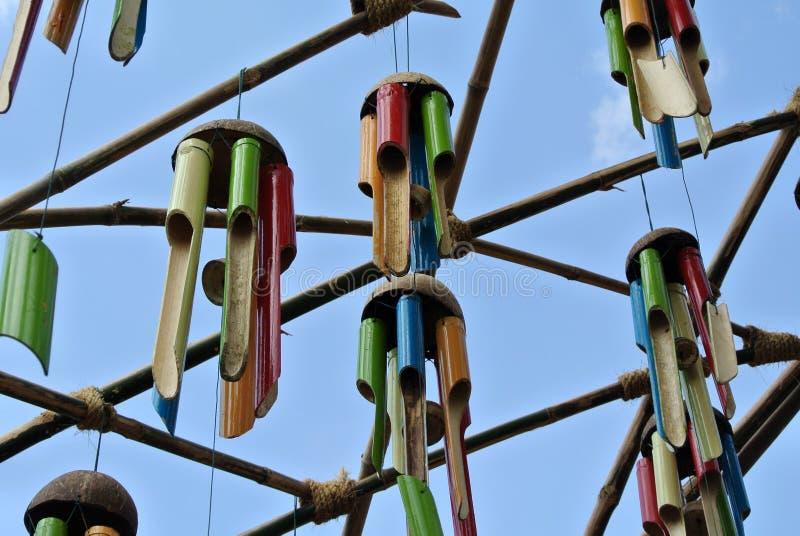 Vario instrumento musical hecho de bambú y colgado arriba fotos de archivo