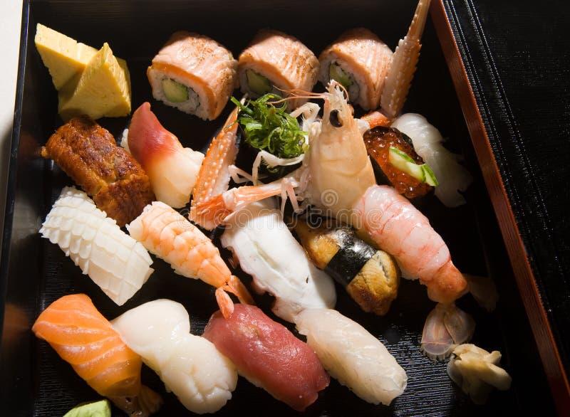 Vario sushi en un rectángulo fotos de archivo