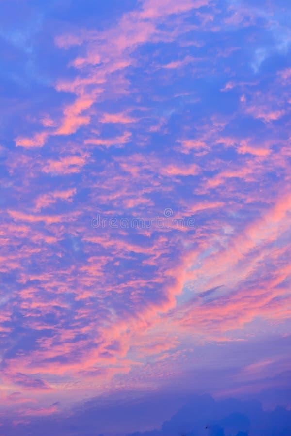 Variopinto con il cielo drammatico arancio e blu di rosso, sulle nuvole FO fotografia stock libera da diritti