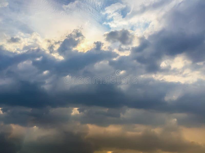 Variopinto con il cielo drammatico arancio e blu di rosso, sulle nuvole FO immagine stock libera da diritti