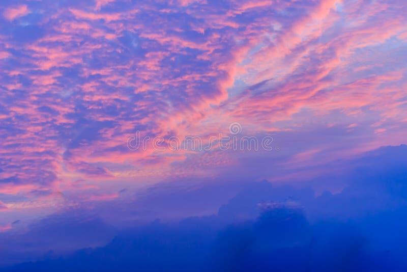 Variopinto con il cielo drammatico arancio e blu di rosso, sulle nuvole FO immagini stock