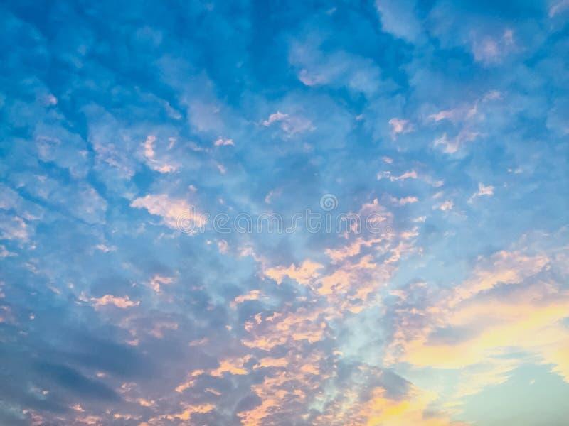Variopinto con il cielo drammatico arancio e blu di rosso, sulle nuvole FO immagine stock