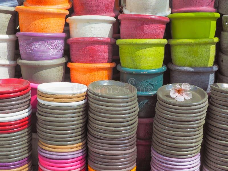 Variopinto del fondo ceramico fatto a mano dei vasi fotografia stock