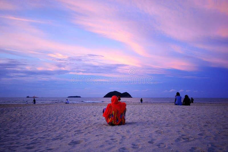 Variopinto del tramonto sullo scape del mare alla spiaggia di Samila, Songkhla, Tailandia immagini stock