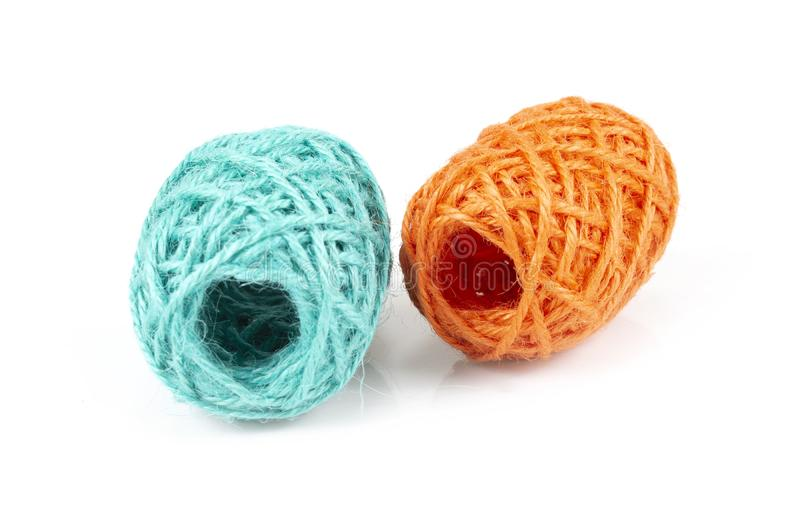 Variopinto della lana delle palle del filato su bianco fotografia stock libera da diritti