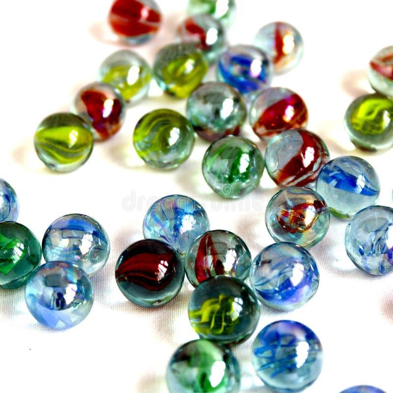 Variopinto, vetro, fondo, bianco, palla, blu, rosso, isolato, gialla, divertimento, riflessione, piccola, giro, gioco, trasparent immagine stock