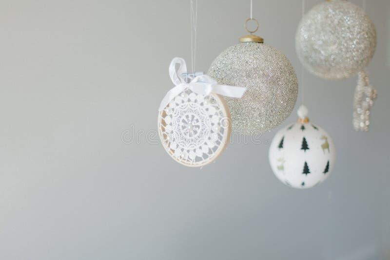 Varios adornos navideños colgando de un fondo blanco fotografía de archivo libre de regalías
