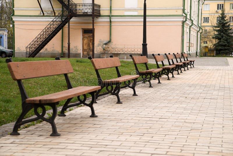 Varios Bancos Para Sentarse En Un Parque De La Ciudad Foto de ...